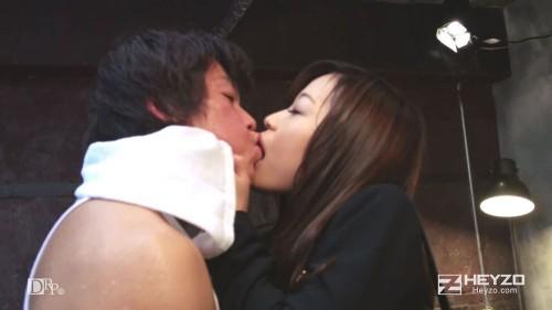 男優とキスをする鈴森汐那