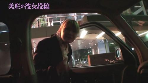 車のドアを開ける彼女