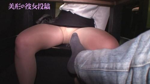 足で彼女のパンスト脚をまさぐる