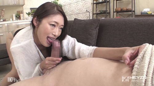 乳首をコリコリしながらチンチンを舐める小早川怜子
