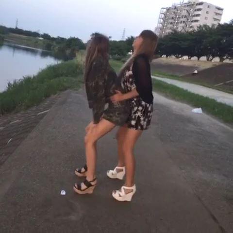 女子二人が河川敷で擬似セックス