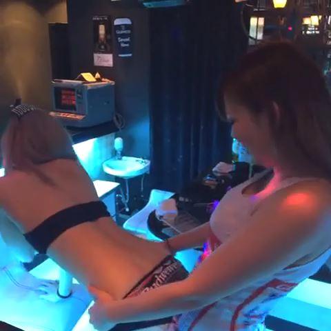 バドガールがお店の中で擬似セックス
